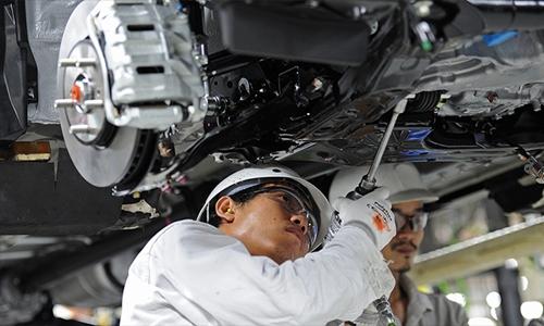 Công nhân trong 1 nhà máy sản xuất xe hơi ở Thái Lan. Ảnh: AFP