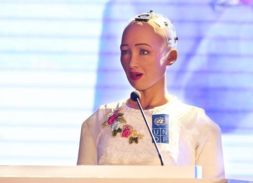 Robot Sophia mặc áo dài trắng, dù chẳng thể tự đi lại, giao lưu có khán giả Việt Nam về 4.0. Ảnh: Giang Huy.