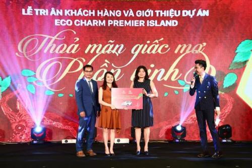 Bà Trần Thị Phương Mai - Phó Chủ tịch HĐQT Gami Group, Tổng giám đốc Gamiland trao giải thưởng độc đáo là 1 chiếc xe hơi hãng xe Mercedes GLC 250 trị giá 2 tỷ đồng cho nhà đầu tư may mắn. Thông tin chi tiết dự án: http://gamiecocharm.vn/
