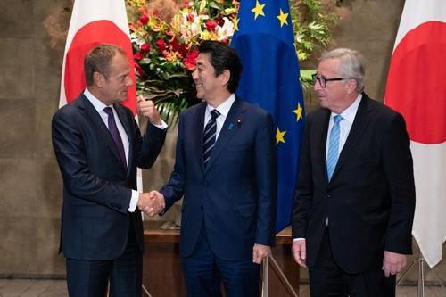 Ông Donald Tusk (trái) cộng ông Shinzo Abe và Jean-Claude Juncker. Ảnh: Bloomberg