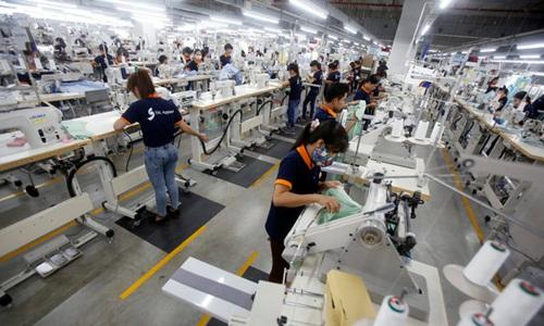 Sản xuất ở 1 doanh nghiệp có vốn đầu tư nước ngoài ở Việt Nam. Ảnh: Reuters