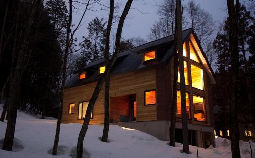 Một căn biệt thự gỗ của Khu nghỉ dưỡng núi Happoone Winter Resort, Nhật Bản.