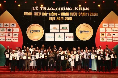 Đại diện Cozy nhận chứng nhận nhãn hiệu nổi tiếng trong buổi lễ tổ chức tại Hà Nội.