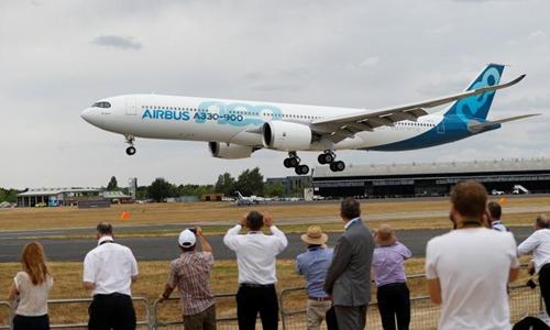 Khách tham quan dự Triển lãm Hàng không Quốc tế Farnborough. Ảnh: Reuters