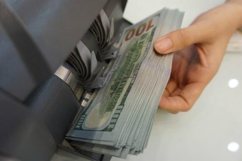 Giao dịch USD ở 1 ngân hàng thương mại ở TP HCM. Ảnh: Anh Tú.