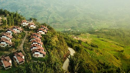 Một góc của quần thể nghỉ dưỡng núi Sapa Jade Hill (Sa Pa, Việt Nam) với tầm nhìn hướng xuống thung lũng Mường Hoa.