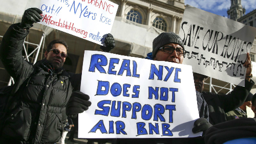 Người biểu tình phản đối dịch vụ Airbnb ở New York. Ảnh: Reuters