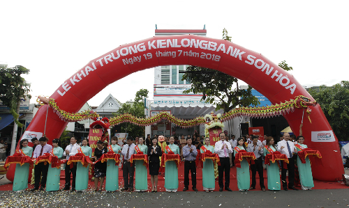 Nghi thức cắt băng khai trương Kienlongbank Sơn Hòa.