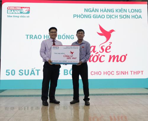 4. Đại diện Kienlongbank trao bảng tượng trưng Chia sẻ ước mơ cho lãnh đ...