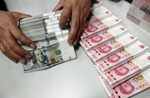Nhân viên kiểm tiền ở 1 chi nhánh của Bank of China. Ảnh: Reuters