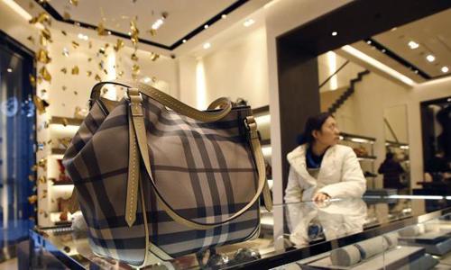 Một chiếc túi xách được bày phân phối của Burberry. Ảnh: Reuters.