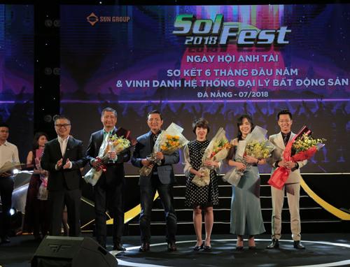 Ông Đặng Quốc Việt, Giám đốc Công ty SmartRealtors and Partners (cầm hoa ngoài cộng bên trái) nhận giải thưởng Đại lý hoàn hảo nhất 6 tháng đầu năm 2018 từ Sun Group.