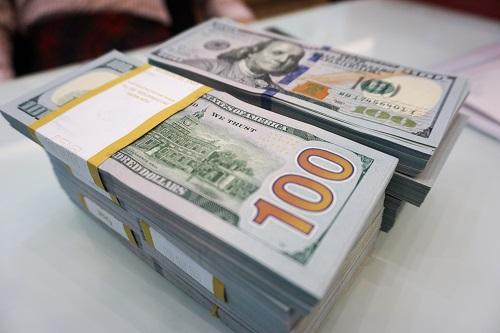 Giao dịch USD ở 1 ngân hàng. Ảnh: Anh Tú