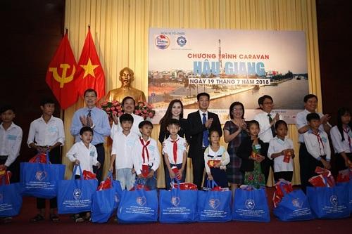 Các thành viên trong đoàn cũng đã trao tặng học bổng cho các em học sinh nghèo hiếu học tại tỉnh Hậu Giang. Hoạt động này cũng chính là cơ hội để các thành viên trong đoàn gần gũi và đoàn kết với nhau hơn.