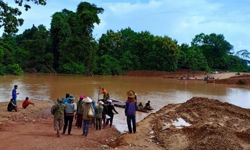 Người dân sơ tán sau vụ vỡ đập ở Lào. Ảnh: Reuters