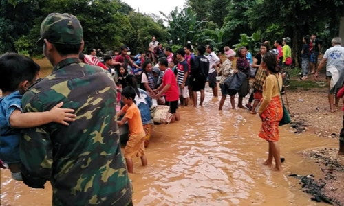 Dân làng sơ tán sau khi đậpthủy điện tại Lào bị vỡ. Ảnh: Reuters