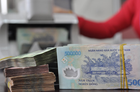 Giao dịch tiền đồng ở ngân hàng thương mại. Ảnh: PV.