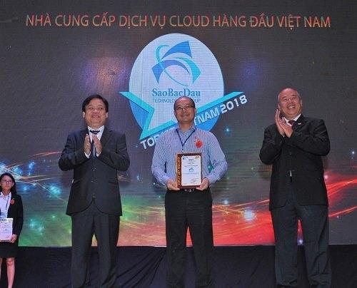 Ông Nguyễn Hồng Minh, Phó Tổng giám đốc Điều hành Công ty CPCN Sao Bắc Đẩu nhận giải thưởng Top ICT 2018.