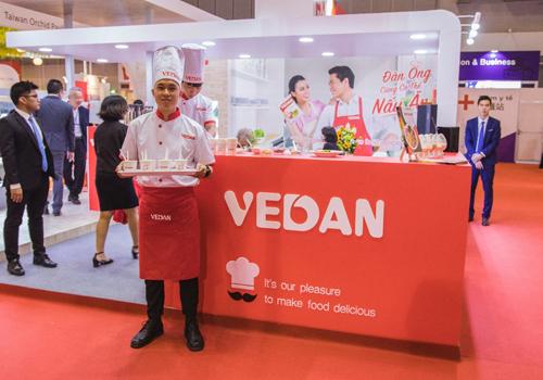 Gian hàng nấu ăn của Vedan lôi kéo nhiều khách tham quan.