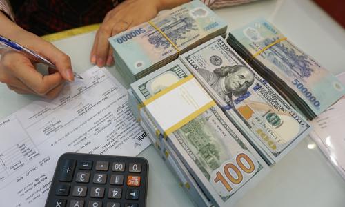 Tỷ giá USD/VND trong ngân hàng và thị trường tự do tăng khoảng 2-3% so với đầu năm. Ảnh: Anh Tú.