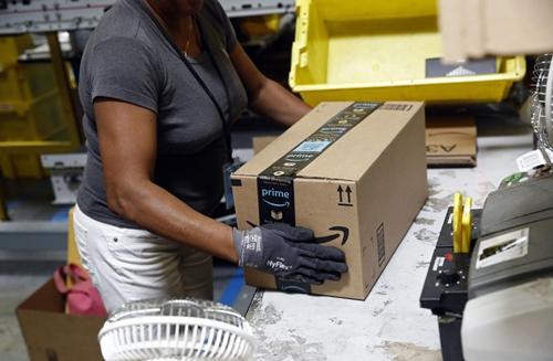 Nhân viên đóng hàng trong một nhà kho của Amazon. Ảnh: AP