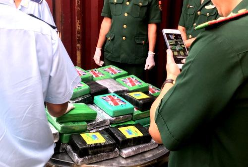 100 bánh cocain bị bắt giữ tại cảng Vũng Tàu. Ảnh: Hà Trường.