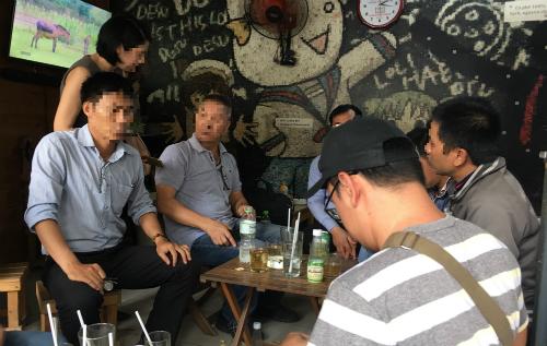 Các nhà đầu tư của Sky Mining tập hợp trước khi có đơn tố cáo lên Công an quận Phú Nhuận chiều ngày 30/7. Ảnh; Dỹ Tùng
