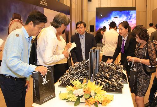 Khách hàng nghiên cứu 1 số dòng sản phẩm mới của Orient ở Việt Nam.