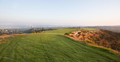 Miếng đất nằm trên đỉnh đồi này có tên Mountain of Beverly Hills. Ảnh: NYT
