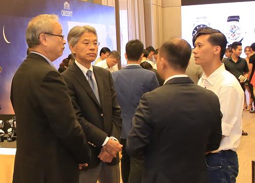 Ông Katagiri Masaru - Giám đốc kinh doanh và tiếp thị mảng thiết bị đeo tay của SEC (thứ hai từ trái qua) thảo luận có 1 số đối tác Việt Nam.