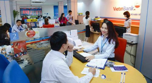 Giao dịch ở 1 chi nhánh của Vietinbank. Ảnh: PV.