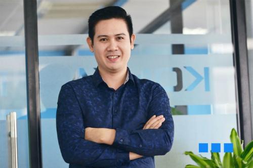 Ông Phạm Văn Tam - Chủ tịch HĐQT Asanzo cộng hội đồng giám khảo phân tích 1 số bài thi vào top 5 biểu hiện được giá trị cốt lõi của tập đoàn.