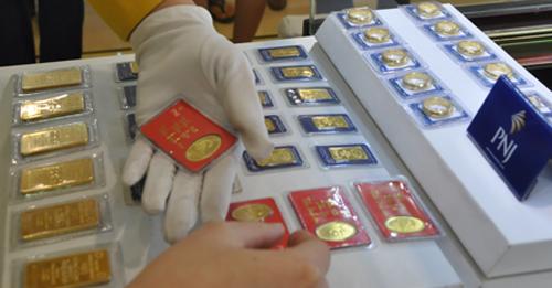 Giao dịch vàng miếng ở Công ty PNJ. Ảnh: Lệ Chi.