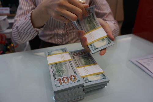 Giao dịch USD ở 1 ngân hàng thương mại ở Hà Nội. Ảnh: Anh Tú