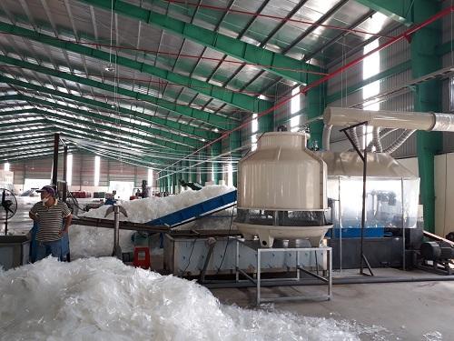 Các doanh nghiệp Việt từng không mặn mà có việc nhập khẩu nhựa phế liệu nhưng khi Trung Quốc ngừng mua, lượng hàng nhập tăng vọt.
