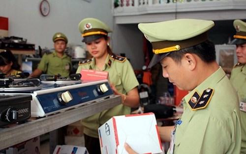 Cán bộ quản lý phân khúc kiểm tra hàng hoá vi phạm ở 1 cửa hàng kinh doanh gas. Ảnh: QLTT