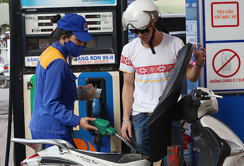 Khách hàng đổ xăng ở 1 cây xăng của Petrolimex ở Hà Nội. Ảnh: Ngọc Thành