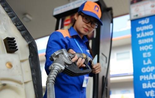 Nhân viên bơm xăng cho quý khách ở 1 cửa hàng xăng dầu thuộc hệ thống Petrolimex.