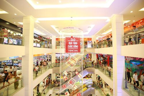 5 tầng trọng điểm thương mại Vincom Plaza Thái Nguyên chật kín khách mua ngay trong ngày đầu khai trương.