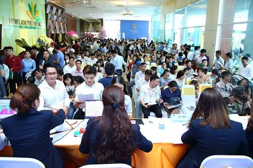 Hàng nghìn người dự lễ mở phân phối căn hộ chung cư Phú Đông Premier vào cuối tháng 5/2018.