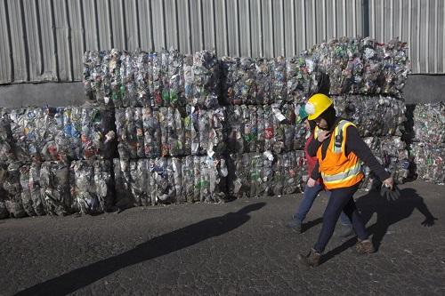 Phế liệu nhựa để tái chế tại thành phốHillsboro, Mỹ. Ảnh: WSJ