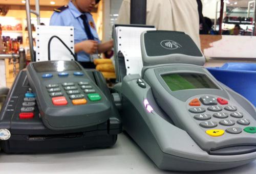 Thanh toán qua máy POS ở 1 cửa hàng mua sắm. Ảnh:T.L