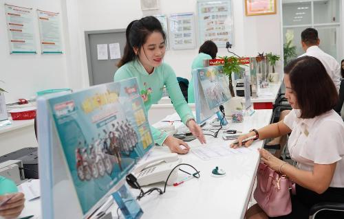Khách hàng đến giao dịch ở Kienlongbank Châu Thành, Tây Ninh.