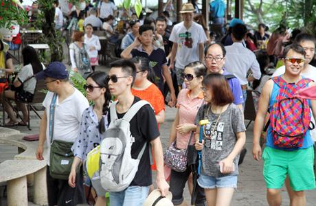 Khách Trung Quốc tại Nha Trang. Ảnh: Xuân Ngọc