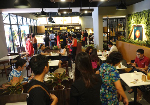 Rất đông KH có mặt ở cửa hàng King Coffee TP HCM ngay buổi khai trương.