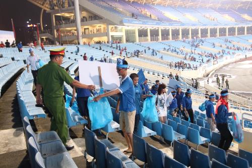 Cán bộ giữ gìn an ninh trật tự cũng tham dự công tác vệ sinh, dọn rác sau trận đấu.