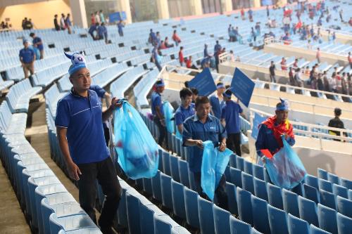 Rất nhiều cổ động viên tham dự dọn dẹp rác trên khán đài.