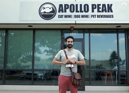 Brandon Zavala trước xưởng sản xuất rượubia cho chó mèoApollo Peak. Ảnh: CNBC