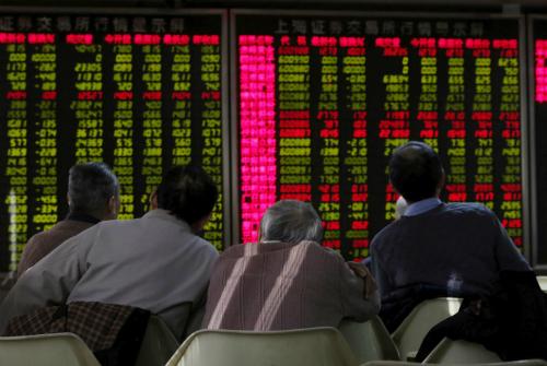 Một nhóm nhà đầu tư Trung Quốc đang theo dõi bảng điện tử. Ảnh: Reuters