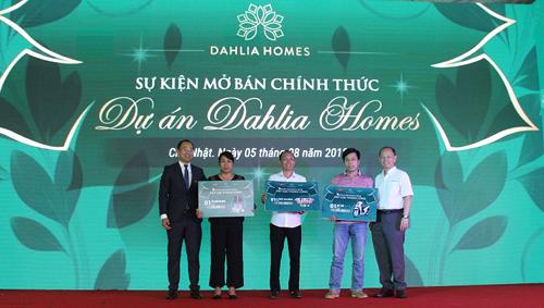 Đại diện chủ đầu tư Gamuda Land Việt Nam và Cenland trao tặng các giải thưởng cho quý khách may mắn.